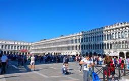 italy Gå till och med gatorna och kanalerna av Venedig Arkivbilder