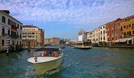 italy Gå till och med gatorna och kanalerna av Venedig Royaltyfri Bild