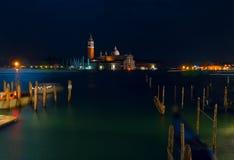 italy Härliga nattsikter av Venedig Venedig nattcityscape Venedig nattlandskap med reflexioner Royaltyfri Fotografi