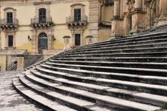 italy modica sicily Stenlagd fyrkant och barock kyrka royaltyfri bild