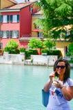 Italy Mulher de sorriso que bebe a limonada gelado no lago Garda imagem de stock royalty free