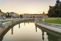 italy padua fönster Aftonljus över berömda Padua skulpturer royaltyfri foto