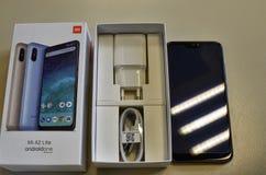 italy piedmont turin April 2019 En smartphone f?r xiaomi A2 lite i dess original- f?rpacka arkivfoto