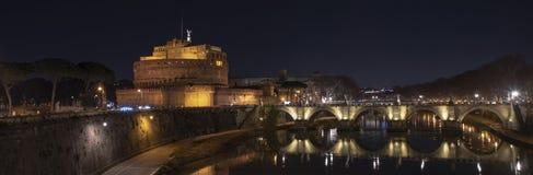 italy rome Härlig sikt av Castel Sant 'Angelo och bron på natten med reflexioner på den Tiber floden royaltyfri foto