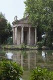 italy rome Tempel av Esculapio i den villaBorghese trädgården fotografering för bildbyråer