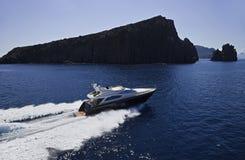 Italy, Sicília, vista aérea do iate luxuoso Imagem de Stock Royalty Free