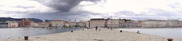 italy trieste Panoramasikt av staden arkivbild