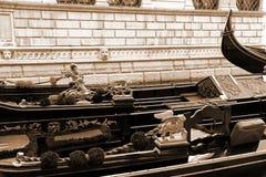 italy Venedig Detaljer av typiska venitian gondoler I sepia Arkivbilder
