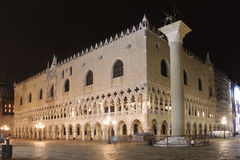italy Venedig Doges slott på natten Royaltyfri Foto