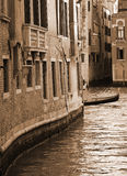 italy Venedig Kanal bland gamla tegelstenhus I tonad sepia Retur Royaltyfria Foton