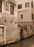 italy Venedig Kanal bland gamla tegelstenhus I tonad sepia Retur Arkivfoton