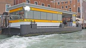 italy Venedig Veiw av staden Vaporetto station Royaltyfri Fotografi