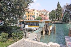 italy Venedig Veiw av staden Vaporetto station Arkivfoto