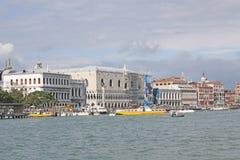 italy Venedig Veiw på den dogeslott- och Vaporetto stationen Arkivfoto