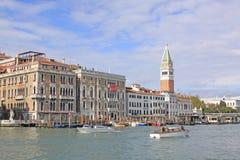 italy Venedig Veiw på det Klocka tornet av den San Marco - Sts Mark campanile- och Vaporetto stationen Royaltyfri Fotografi
