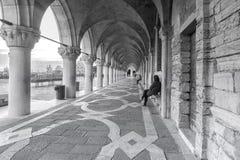 Italy, Veneza Colunata do pal?cio do ` s do doge em Veneza imagens de stock royalty free