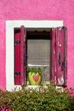 Italy, Veneza, console de Burano Paredes e janelas coloridas tradicionais das casas velhas Imagens de Stock Royalty Free