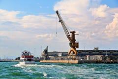 Italy, Veneza Guindastes no porto e no barco com passageiros Imagens de Stock