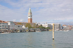 Italy Veneza Veiw na torre de Bell da estação de San Marco - de Campanile e de Vaporetto de St Mark Imagem de Stock