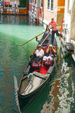 ITALY-VENICE, 8月25日:在一艘长平底船的步行在Venic渠道  库存图片