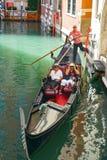 ITALY-VENICE AUGUSTI 25: går på en gondol på kanaler av Venic Arkivbilder
