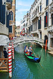 ITALY-VENICE AUGUSTI 25: går på en gondol på kanaler av Venic Arkivbild