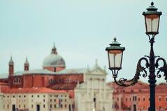 italy venice Gondoler och härlig lyktstolpe i förgrunden Royaltyfri Bild