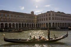 italy venice kan 16, 2016: Turisten på en gondol turnerar danandebilder Arkivbilder