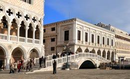 italy venice Sikt av Palazzo Ducale, Palazzo delle Prigioni och den Ponte dellaen Paglia royaltyfri foto