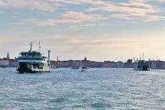 italy venice Två färjor och motoriska fartyg i Grand Canal Royaltyfri Bild