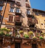 italy verona Ställe Erbe En sikt av traditionella hus med balkonger på marknadsfyrkanten Fönstren har antikviteten arkivfoton