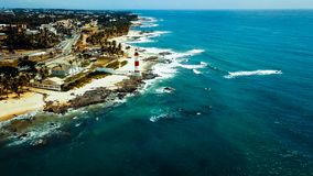 Itapua fyrfarol da Ponta de Itapua också som är bekant som nordlig förmyndare av Todos-OS Santos Bay i Salvador, Brasilien arkivbilder
