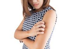 Itching in una donna, braccio; itching, isolato sul backgro bianco fotografie stock