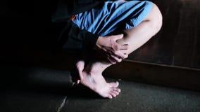 Itchy ζευγάρι των ποδιών απόθεμα βίντεο