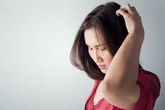 Itchy κρανίο, που φαγουρίζει σε μια γυναίκα Στοκ Εικόνες