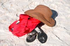 Items de la playa en la arena Imágenes de archivo libres de regalías