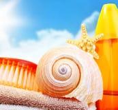 Items de la playa sobre el cielo azul imagen de archivo libre de regalías