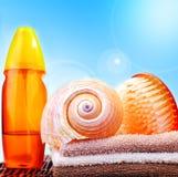 Items de la playa sobre el cielo azul fotografía de archivo libre de regalías