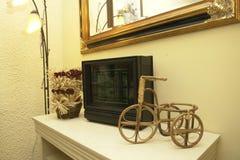 Items decorativos en estante Fotografía de archivo