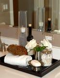 Items del baño en vanidad del cuarto de baño Fotografía de archivo libre de regalías
