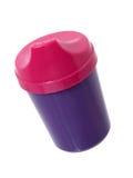 Items del hogar: Taza rosada y púrpura del jugo del niño Imagen de archivo libre de regalías