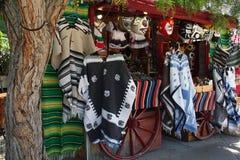 Items mexicanos para la venta en un carro Foto de archivo