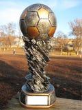 Ith del trofeo del fútbol un balón de fútbol imagenes de archivo