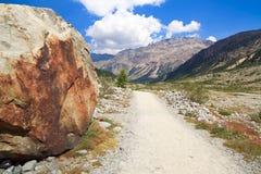 Itinéraire aménagé pour amateurs de la nature suisse d'Alpes images libres de droits