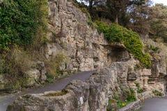 Itinéraire de touristes, roches puissantes et végétation, caverne de roche, interes Photographie stock