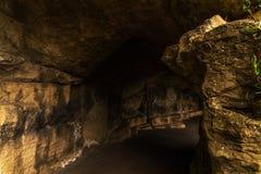Itinéraire de touristes, roches puissantes et végétation, caverne de roche, interes Image libre de droits