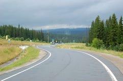 Itinéraire Ekaterinburg - Nizhni Sergi, se levant de la forêt le brouillard de matin Images libres de droits