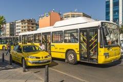 Itinéraire et bus touristique et taxi sur les rues d'Istanbul L Transport Turquie Photo stock