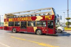 Itinéraire et bus touristique sur les rues d'Istanbul L Transport Turquie Photos stock