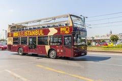 Itinéraire et bus touristique sur les rues d'Istanbul L Transport Turquie Photographie stock libre de droits